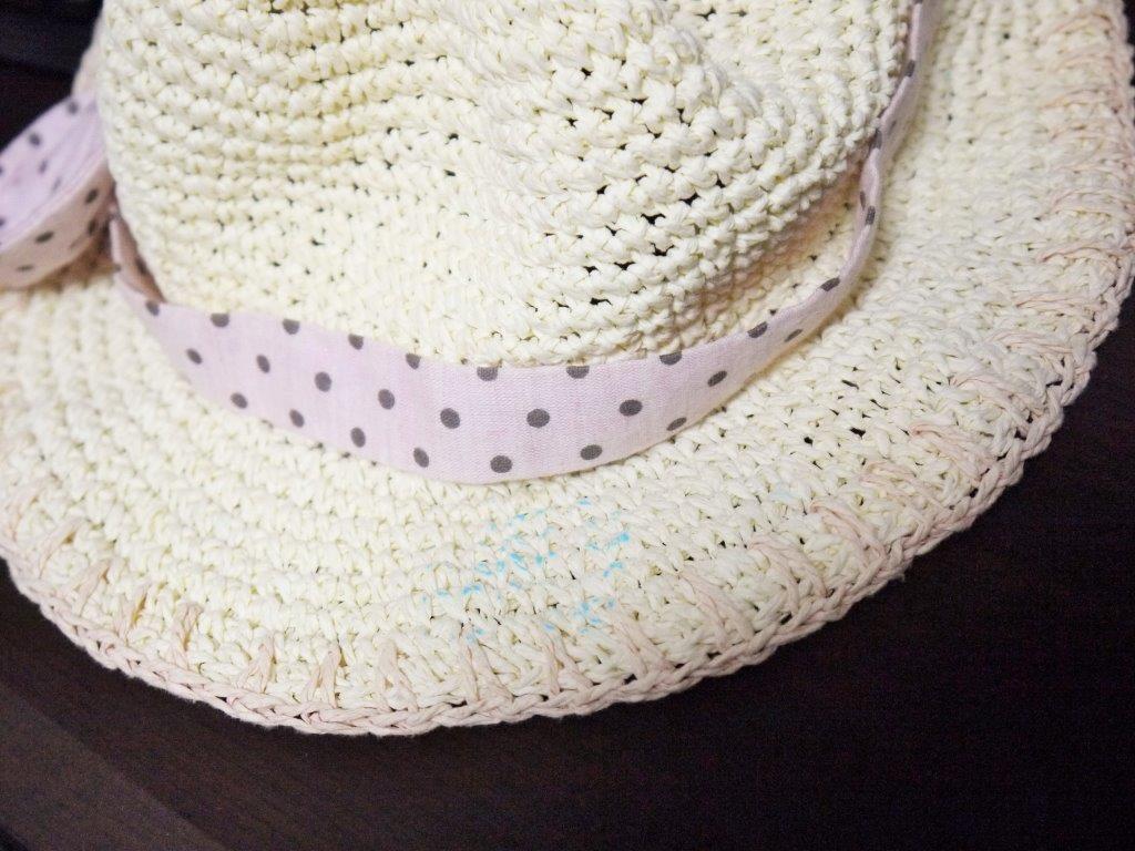 麦わら帽子の青いシミ